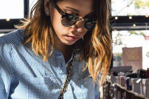 Ragazza capelli sfumati e occhiali da sole