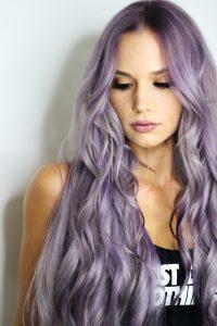 capelli-donna-lunghi-lilla-grigio