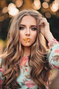 capelli-lunghi-donna-boccoli-voluminosi
