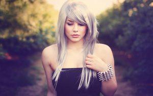 capelli-lunghi-donna-grigi-con-frangia-laterale