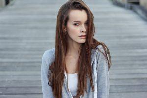 capelli-lunghi-donna-riga-di-lato