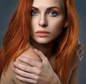 capelli-lunghi-donna-rosso-acceso