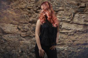 capelli-lunghi-scalati-rossi-con-punte-rosa
