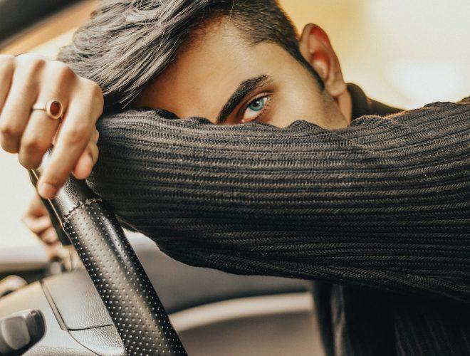 capelli uomo corti ai lati e più lunghi sopra con riga netta a sinistra