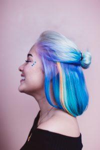 caschetto-decolorato-con-punte-multicolore