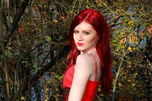 taglio-capelli-lunghi-donna-rosso-acceso