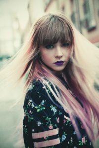 taglio-capelli-lunghi-frangia-rosa