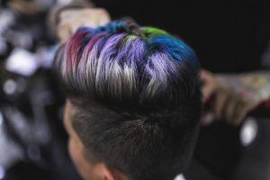 taglio-donna-cortissimo-con-rasatura-e-ciuffo-multicolor